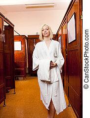 Mujer en un viejo spa de baños