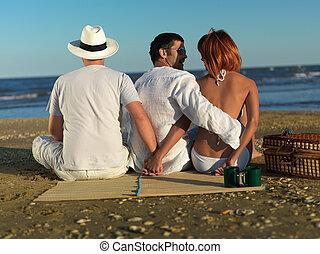 Mujer engañando a novio por la costa del mar