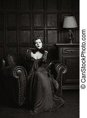 Mujer enigmática en casa interior en BW