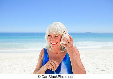 Mujer escuchando su caparazón