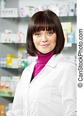 Mujer farmacéutica en la farmacia