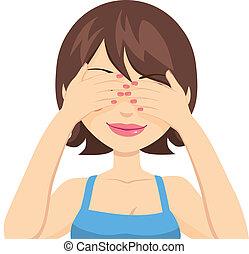 Mujer feliz cubriendo ojos