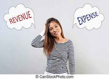 Mujer feliz de negocios latina tocando, rascando la cabeza con nubes de burbujas, pensando y contando el dinero, sus ingresos y gastos