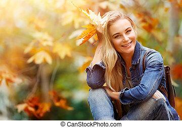 Mujer feliz en el bosque de otoño