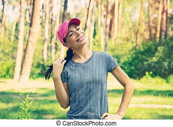 Mujer feliz en el bosque