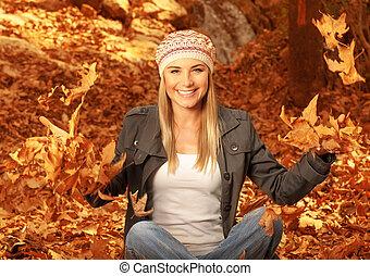 Mujer feliz en los bosques de otoño