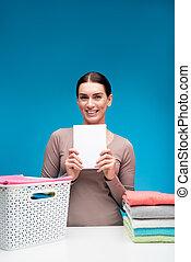 Mujer feliz mostrando el mejor detergente para sábanas