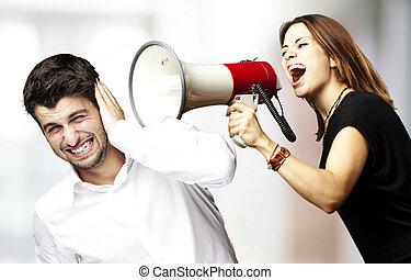 Mujer gritando con megáfono