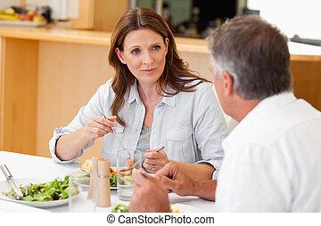 Mujer hablando con marido durante la cena
