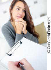 Mujer hablando con su psiquiatra
