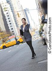 Mujer hablando por celular en Nueva York