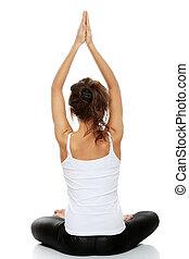 Mujer haciendo pose de yoga