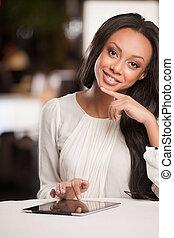 mujer hermosa, bajada, trabajando, africano, tablet., tableta, digital, sonriente, mujeres