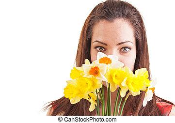 mujer hermosa, introvertido, tímido, joven, cara, atrás, narcisos, oler, paliza, ramo
