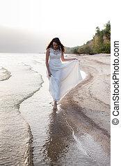 mujer hermosa, joven, largo, orilla, morena, mar, vestido blanco