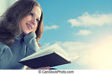 mujer hermosa, sentado, cielo, joven, mientras, ventana, libro, ocaso, lectura