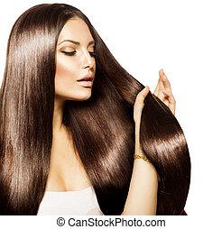 Mujer hermosa tocando su largo y saludable cabello marrón