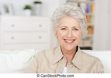 Mujer hermosa y madura disfrutando de la jubilación