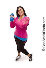Mujer hispana con ropa de ejercicio levantando pesas