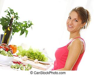 Mujer joven cocinando comida sana