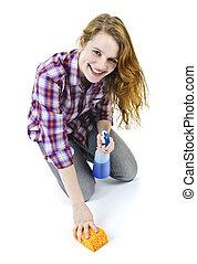 Mujer joven lavando suelo