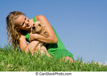 Mujer joven o adolescente jugando con perro de mascota