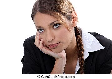 Mujer joven pensando