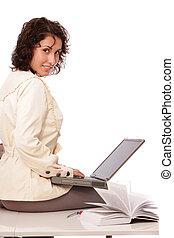 Mujer joven y portátil de oficina
