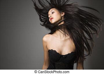 Mujer lanzando cabello largo.