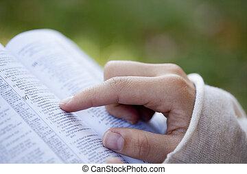 Mujer leyendo la Biblia.