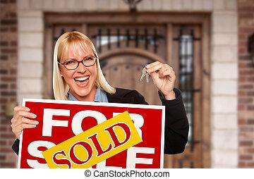 mujer, llaves, casa nueva, señal, vendido, hogar, tenencia, excitado, propiedad, verdadero, frente, agradable