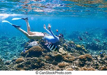 mujer, máscara, snorkeling