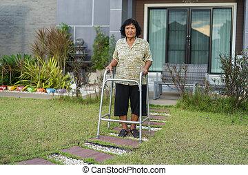 Mujer mayor caminando con Walker