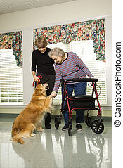 Mujer mayor con perro de terapia.