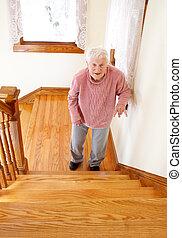 Mujer mayor delante de la escalera