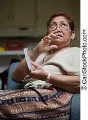 Mujer mayor en casa