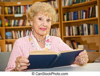 Mujer mayor en la biblioteca