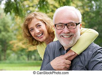 Mujer mayor feliz abrazando al hombre sonriente