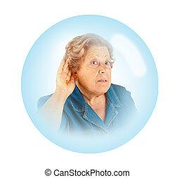 Mujer mayor, problemas auditivos