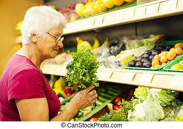 mujer mayor, supermercado