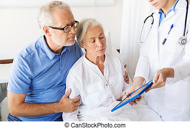 Mujer mayor y médico con tablet pc en el hospital