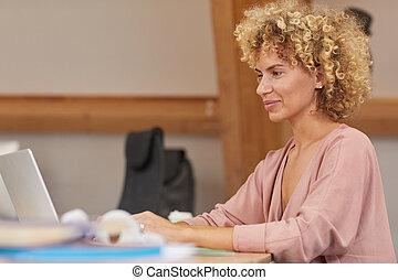mujer, mecanografía, computador portatil