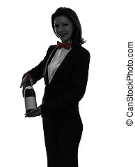 Mujer mesera sirviendo silueta de vino tinto