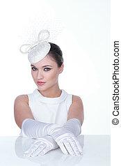 Mujer misteriosa con elegante sombrero blanco y brillo