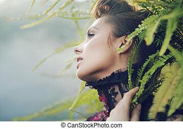 Mujer morena en el bosque tropical