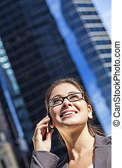 Mujer o mujer de negocios hablando por celular en la ciudad