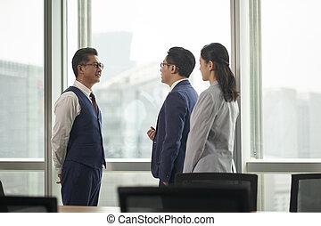 mujer, oficina, posición, hombres de la corporación mercantil, asiático, hablar