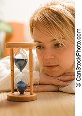 Mujer pensando y esperando