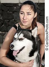Mujer posando con perro