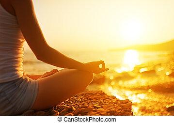 mujer que medita, playa, yoga, mano, postura